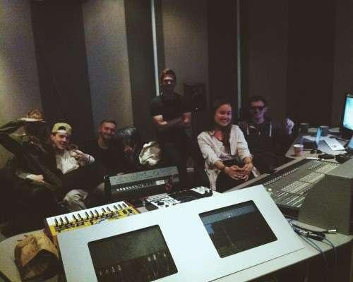 Небольшое собрание в контрольной комнате GR8 Studio
