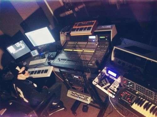Funkformer работает над своей музыкой в GR8